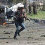 Cảm động nhiếp ảnh gia ngừng chụp ảnh để cứu em bé bị thương